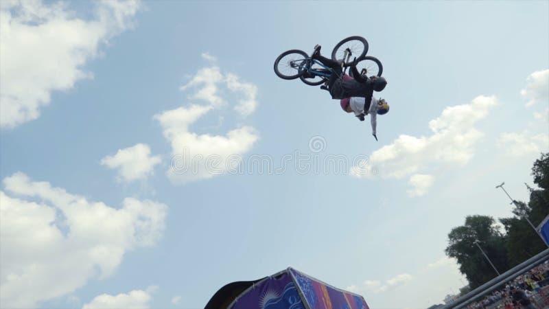Jekaterininburg, Rusland-augustus 2019: Bicyclist freestylers presteren op moto show Actie Professionele fietsers presteren stock foto