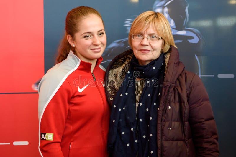 Jelena Ostapenko L Mitglied von Team Latvia für FedCup, während des Treffens von Fans vor Erstrundespielen der Weltgruppen-II stockfotos