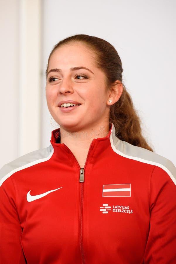 Jelena Ostapenko, Mitglied von Team Latvia für FedCup, während des Treffens von Fans vor Erstrundespielen der Weltgruppen-II stockfotos
