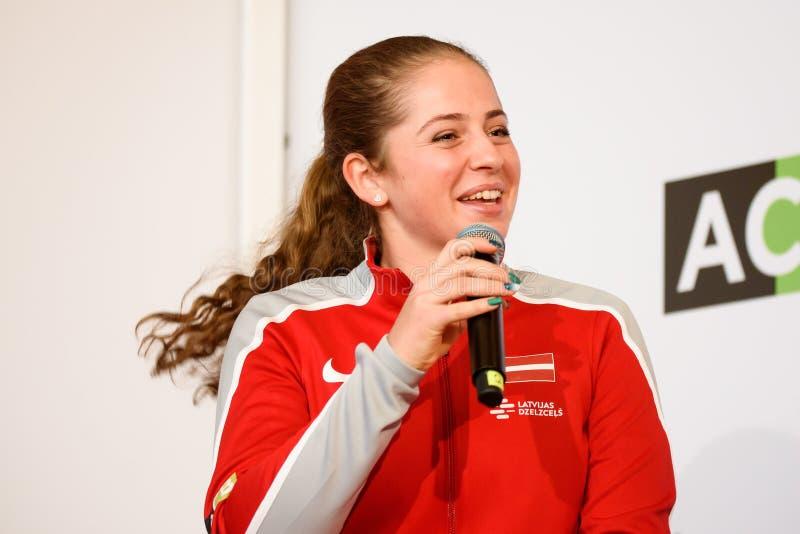 Jelena Ostapenko, Mitglied von Team Latvia für FedCup, während des Treffens von Fans vor Erstrundespielen der Weltgruppen-II lizenzfreies stockbild
