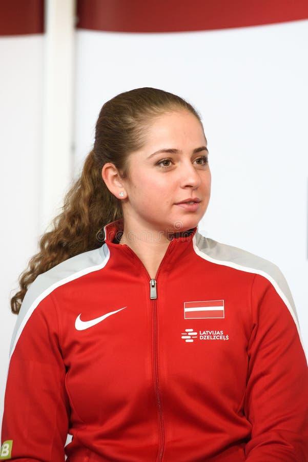 Jelena Ostapenko, Mitglied von Team Latvia für FedCup, während des Treffens von Fans vor Erstrundespielen der Weltgruppen-II lizenzfreie stockbilder