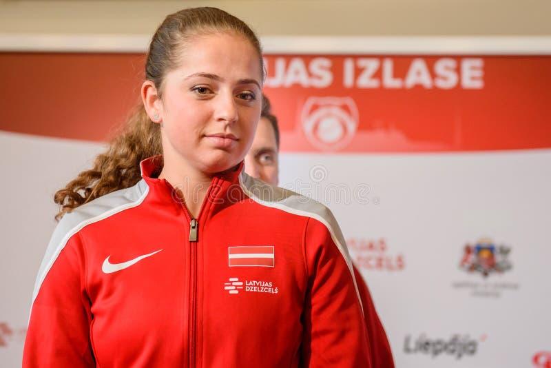 Jelena Ostapenko, Mitglied von Team Latvia für FedCup, während des Treffens von Fans vor Erstrundespielen der Weltgruppen-II lizenzfreie stockfotos