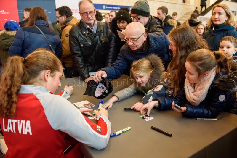 Jelena Ostapenko, Mitglied von Team Latvia für FedCup, während des Treffens von Fans vor Erstrundespielen der Weltgruppen-II lizenzfreie stockfotografie
