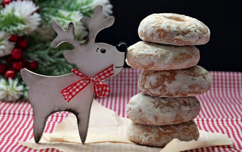 Jeleni przynieseni ciastka Boże Narodzenie dowcip Domowej roboty ciasta i świąteczna zabawa Dzieciństwo fotografia royalty free