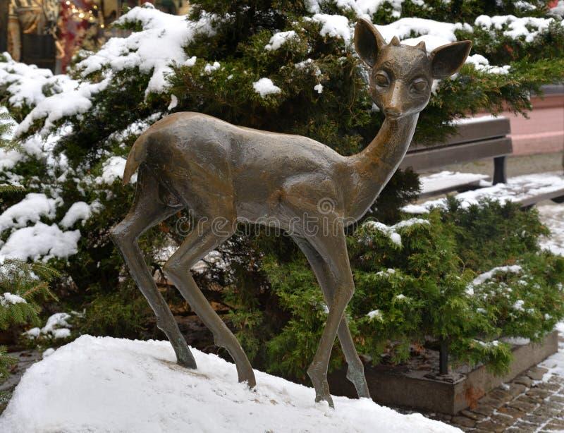 Jelenia Gora, Pologne, le 15 décembre 2018 : Sculpture en cerfs communs à l'intersection des rues Pilsudskiego et 1 Maja en hiver photographie stock