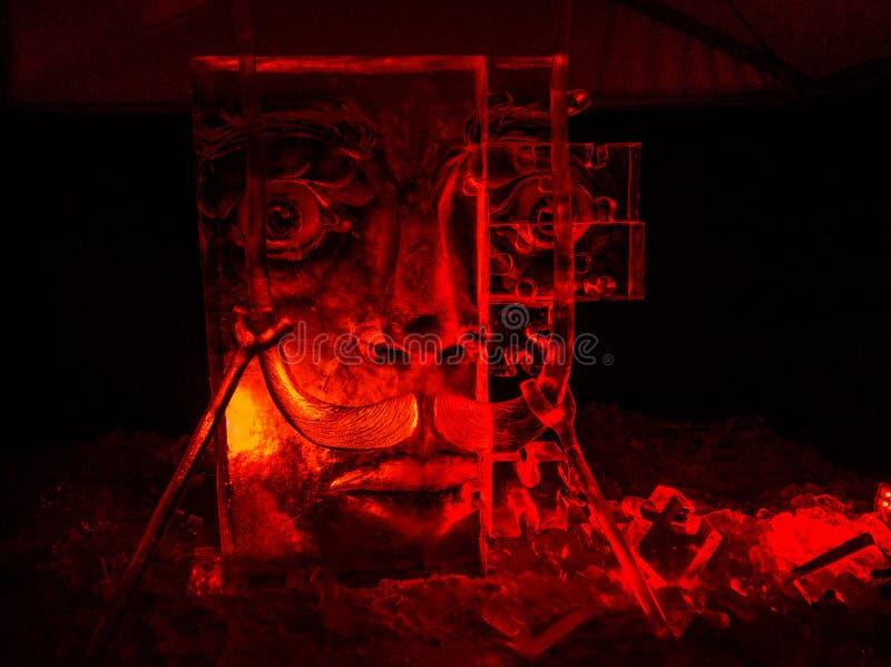 Jelgava, Latvia, Luty/- 10th, 2017: Duża Rzeźbiąca twarzy lodowa rzeźba przy nocą Międzynarodowy Lodowej rzeźby festiwal w Jelgav obrazy royalty free