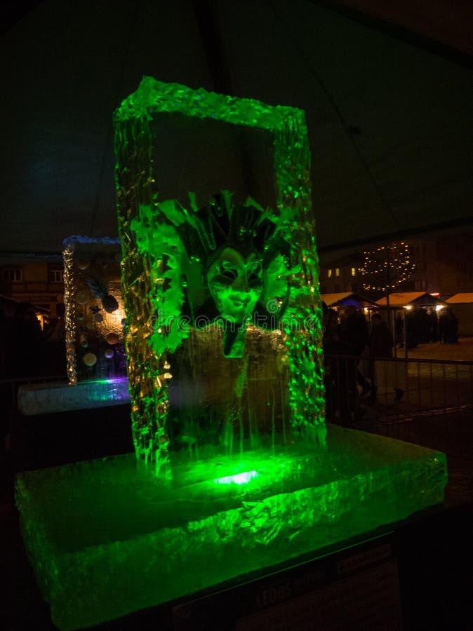 Jelgava, Latvia, Luty/- 10th, 2017: Maskuje zamarzniętego w lodową rzeźbę przy nocą Międzynarodowy Lodowej rzeźby festiwal w Jelg obraz stock