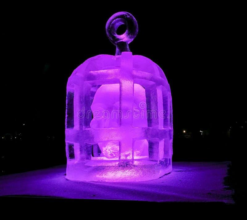 Jelgava/Letónia - 10 de fevereiro de 2017: Escultura de gelo cinzelada pequena de uma cabeça em uma gaiola na noite da escultura  fotos de stock