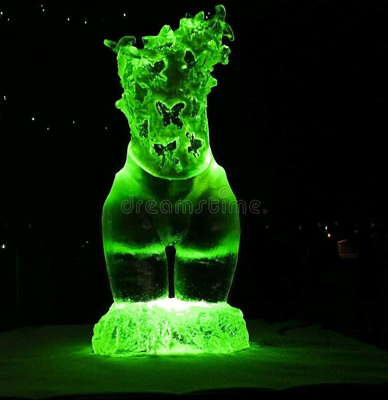 Jelgava/Letonia - 10 de febrero de 2017: Pequeña pieza tallada del ofbottom de la escultura de hielo de la mujer con las mariposa imagen de archivo