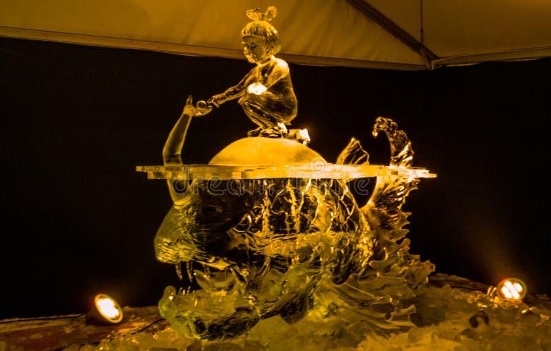 Jelgava/Lettonia - 10 febbraio 2017: Grande scultura di ghiaccio scolpita fotografie stock