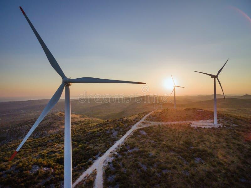Jelinak日落的风车农场鸟瞰图  图库摄影