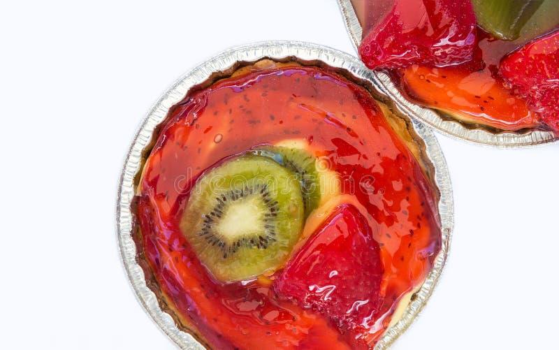 Jello草莓猕猴桃给与脆饼外壳乳蛋糕奶油的微型馅饼上釉在白色背景 假日烘烤 皇族释放例证