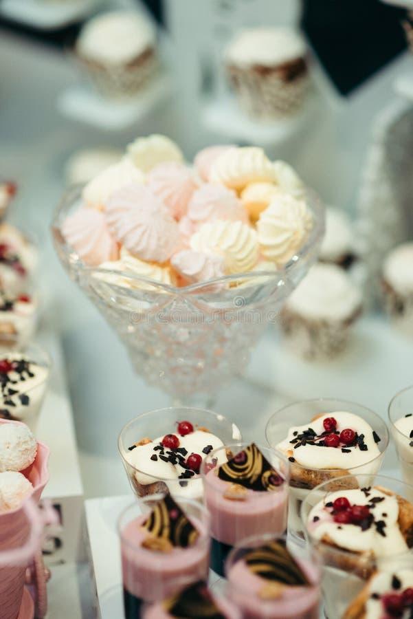 Jelly Fruit Table Tasty Decor för ställning för marshmallower för stång för bröllopgodisefterrätt slut upp royaltyfria foton