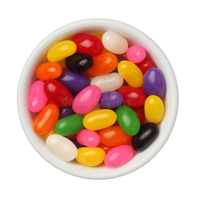 Jellybeans em uma bacia isolada no fundo branco, fim acima fotografia de stock