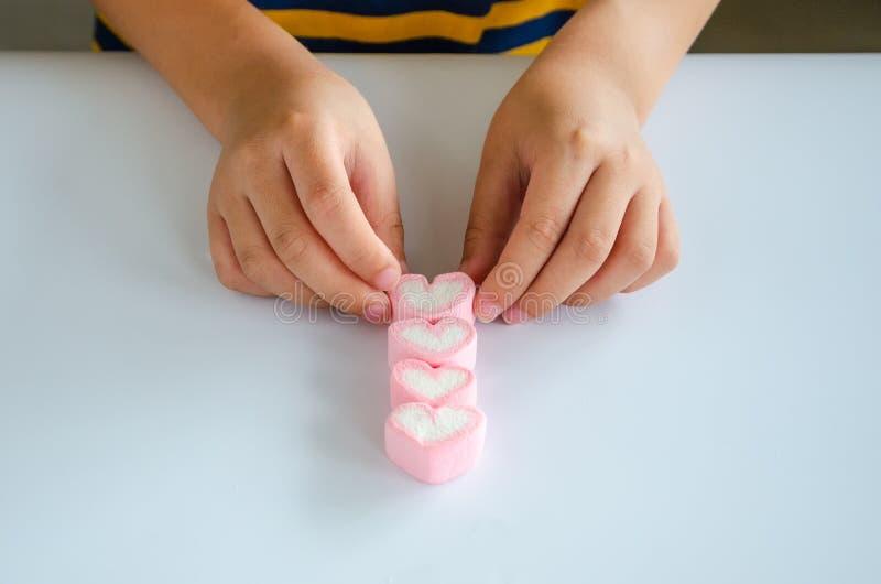Download Jellys För Barnhandlek På Den Vita Tabellen Fotografering för Bildbyråer - Bild av hand, wrist: 78726419