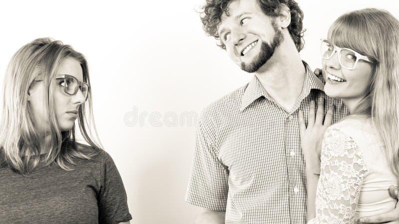 Jelous kvinna med lyckliga par royaltyfri bild