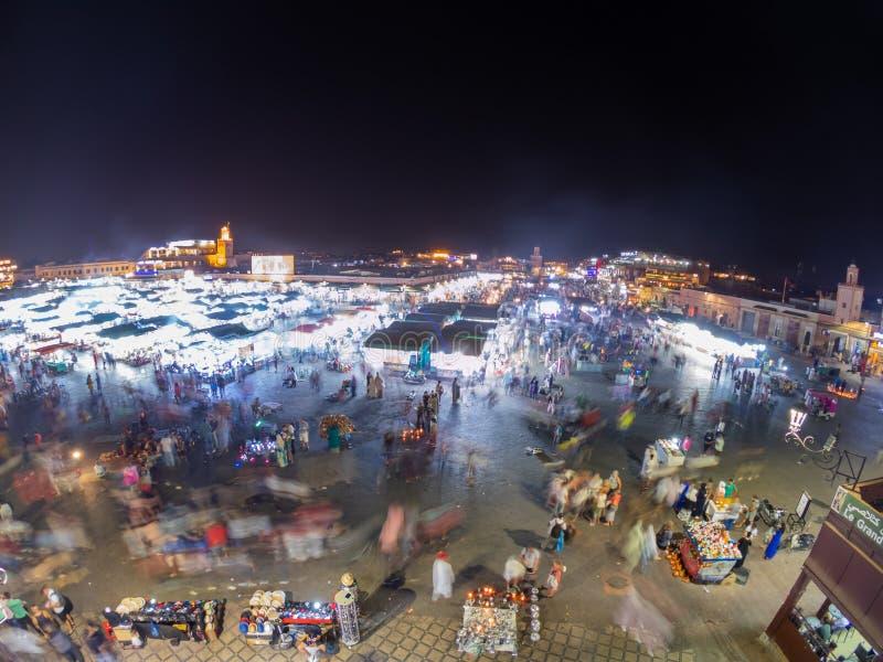 Jemaa El-Fna-plein bij nacht Luchtvaartvisie op de Busy-markt in het centrum van Medina in Marrakech, Marokko Lange blootstelling stock foto