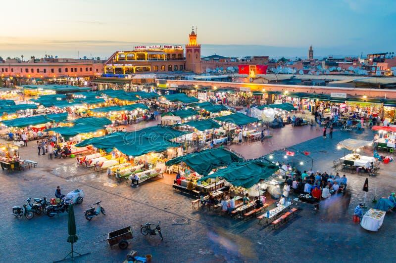 Jemaa el-Fnaa fyrkant och marknadsställe på skymning fotografering för bildbyråer