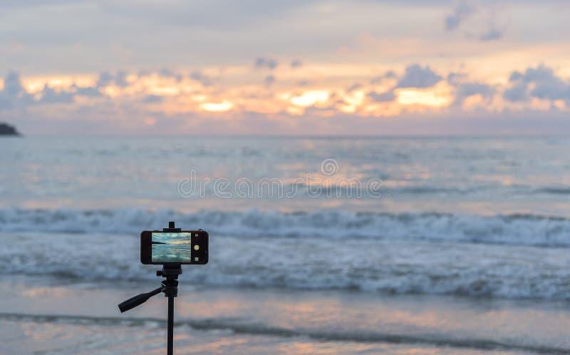 Jemand reisen an Patong-Strand, Phuket, Thailand halten bewegliches pho lizenzfreie stockfotografie