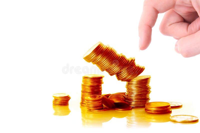 Jemand zerschmettern die getrennte Goldmünzespalte stockbilder