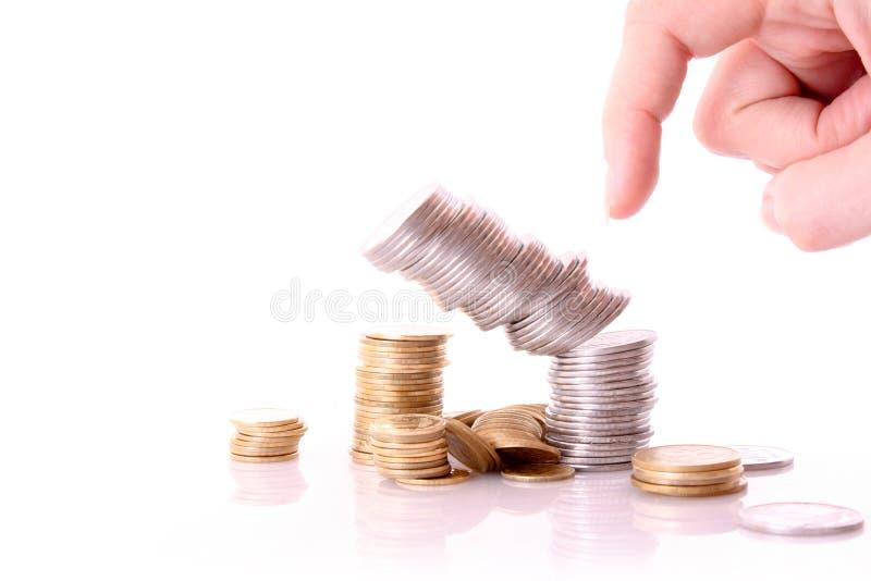 Jemand zerschmettern die getrennte Münzenspalte lizenzfreie stockfotografie