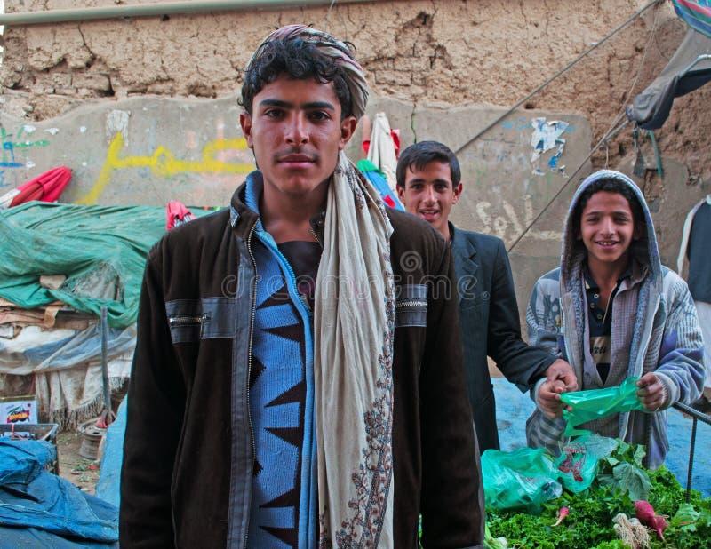 Jemeńskie chłopiec sprzedaje qat, khat, zielony złoto, roślina, lek, liść żuć, w solankowym rynku Stary miasto Sana'a, suq, Jemen zdjęcia royalty free