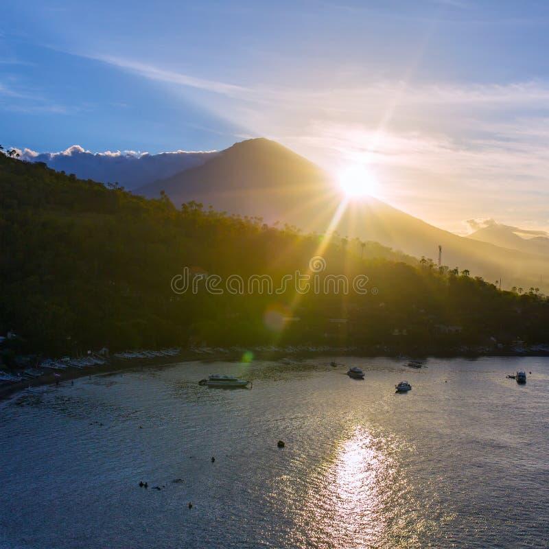 Jemeluk plaża i piękna błękitna laguna z Gunung Agung obrazy stock