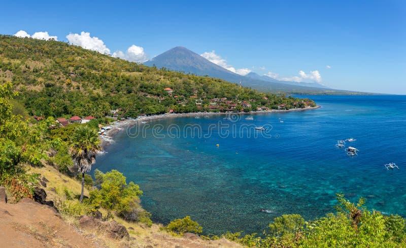 Jemeluk plaża i piękna błękitna laguna z Gunung Agung wulkanem zdjęcie stock