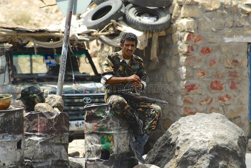 Jemenitiskt militärt tjänstgörande på säkerhetstestpunktet, Hadramaut dal, Yemen arkivfoto