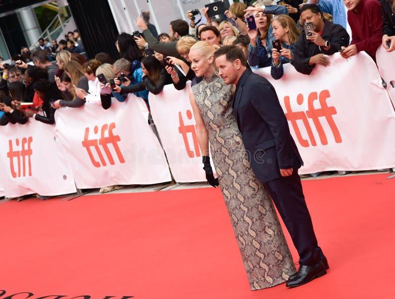 Jena Malone och Emilio Estevez på `-änka` har premiär i Toronto royaltyfria foton