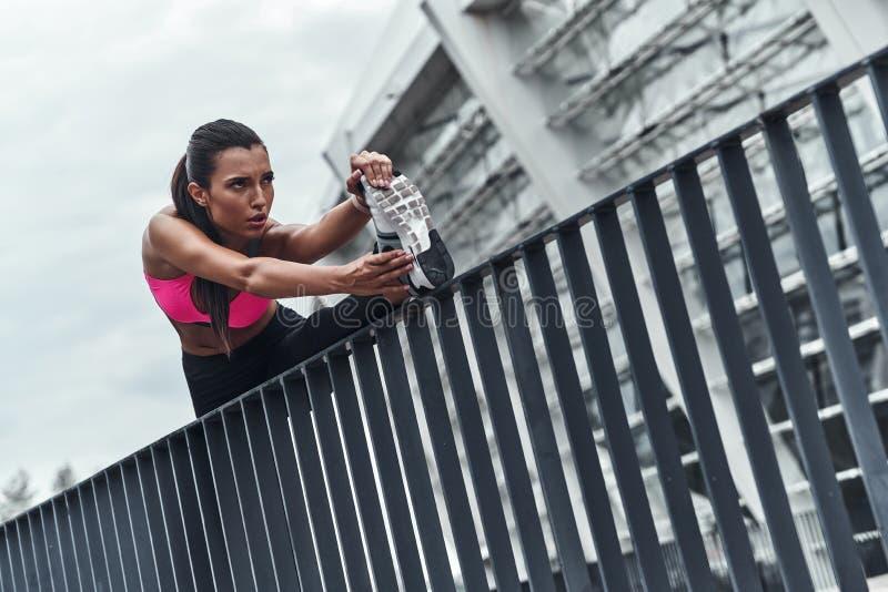 Jene Muskeln flexibel halten lizenzfreie stockfotos