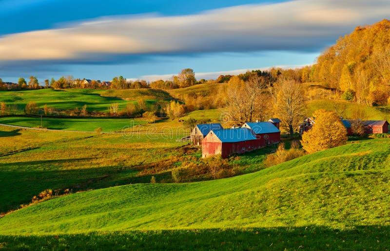 Jenne Farm mit Scheune am sonnigen Herbstmorgen stockbild