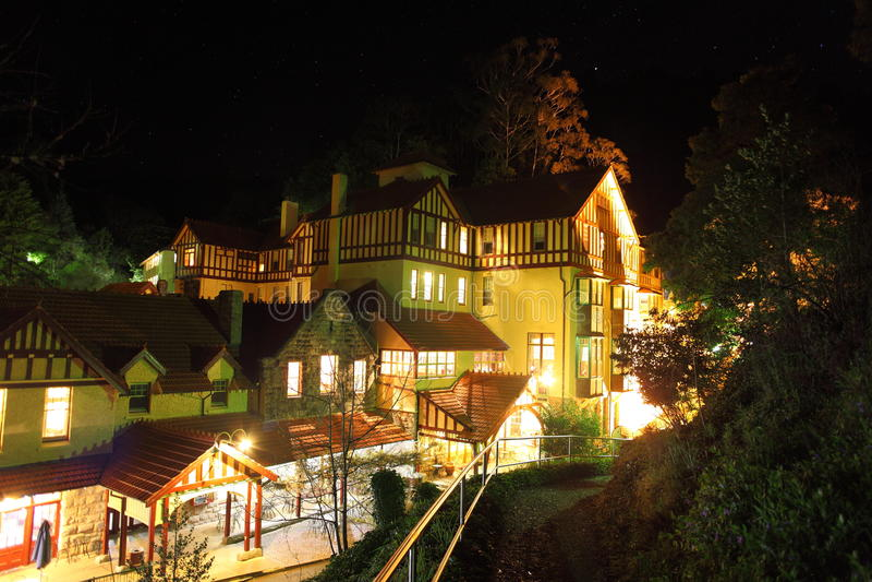 Jenolan grottahus på natten arkivbild
