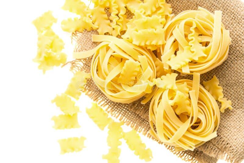 Jerarquía italiana de los tallarines de las pastas en el pedazo de saco fotografía de archivo