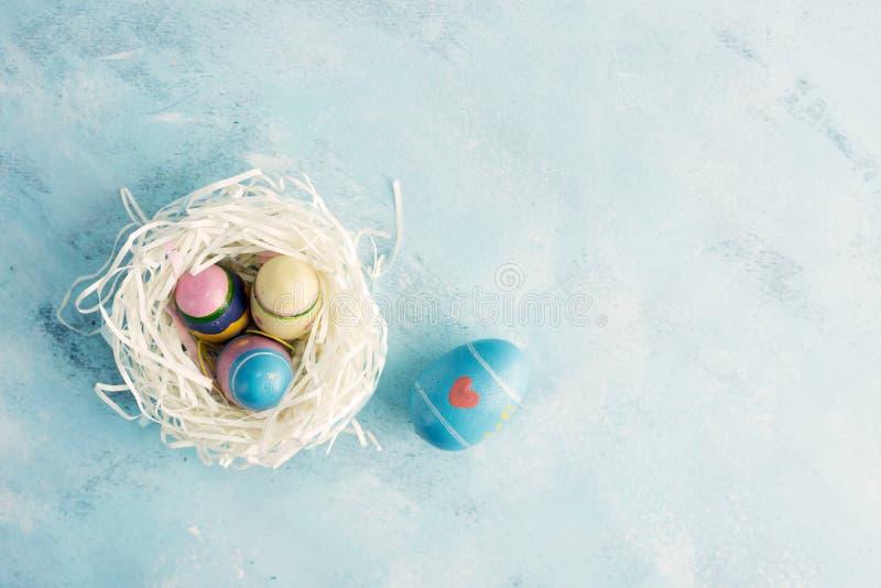 Jerarquía plana del Libro Blanco de la opinión superior de la endecha con tres huevos de Pascua del vintage y un huevo azul con e foto de archivo