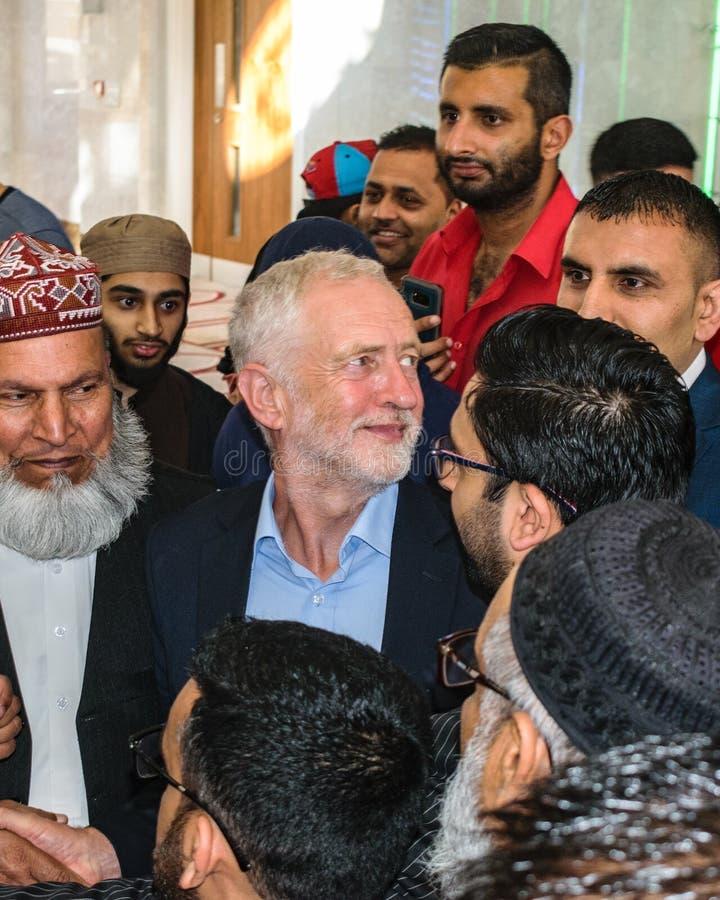 Jeremy Corbyn som besöker moskén royaltyfria bilder