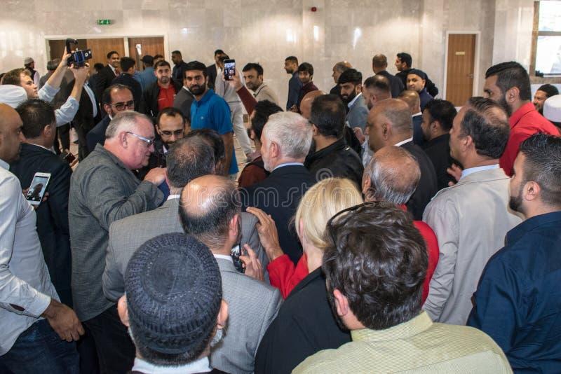 Jeremy Corbyn som besöker moskén arkivfoto