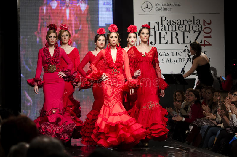 JEREZ DE LA FRONTERA HISZPANIA, FEB, - 9: Modele chodzą na Faly, De Los angeles Feria al Rocio wybieg podczas Pasarela Flamenca Je fotografia stock