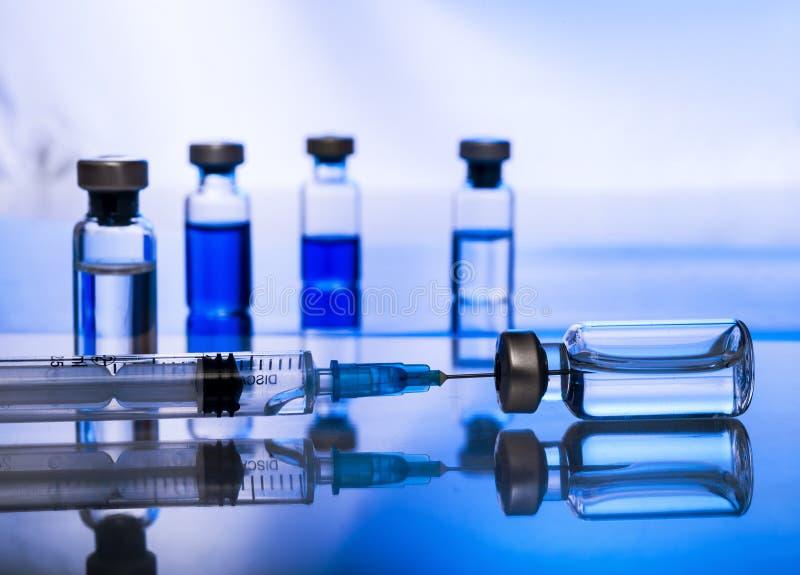 Jeringuilla vacc?nea de la aguja de la droga de la vacuna contra la gripe de la dosis del frasco de la vacunaci?n m?dica del conc foto de archivo