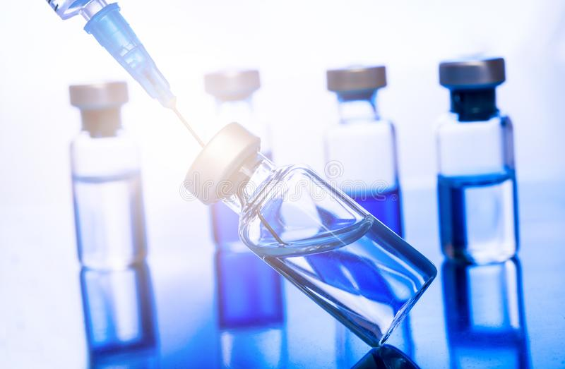 Jeringuilla vacc?nea de la aguja de la droga de la vacuna contra la gripe de la dosis del frasco de la vacunaci?n m?dica del conc fotografía de archivo