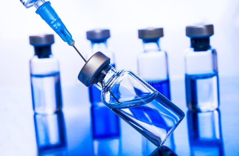 Jeringuilla vacc?nea de la aguja de la droga de la vacuna contra la gripe de la dosis del frasco de la vacunaci?n m?dica del conc imagenes de archivo