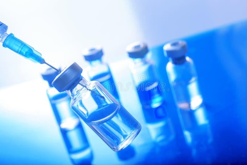 Jeringuilla vacc?nea de la aguja de la droga de la vacuna contra la gripe de la dosis del frasco de la vacunaci?n m?dica del conc imagen de archivo