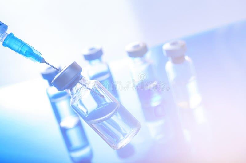 Jeringuilla vacc?nea de la aguja de la droga de la vacuna contra la gripe de la dosis del frasco de la vacunaci?n m?dica del conc foto de archivo libre de regalías