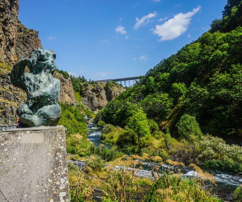 Jermuk-Wasserfall-Bärn-Brücken-Ansicht lizenzfreie stockfotos