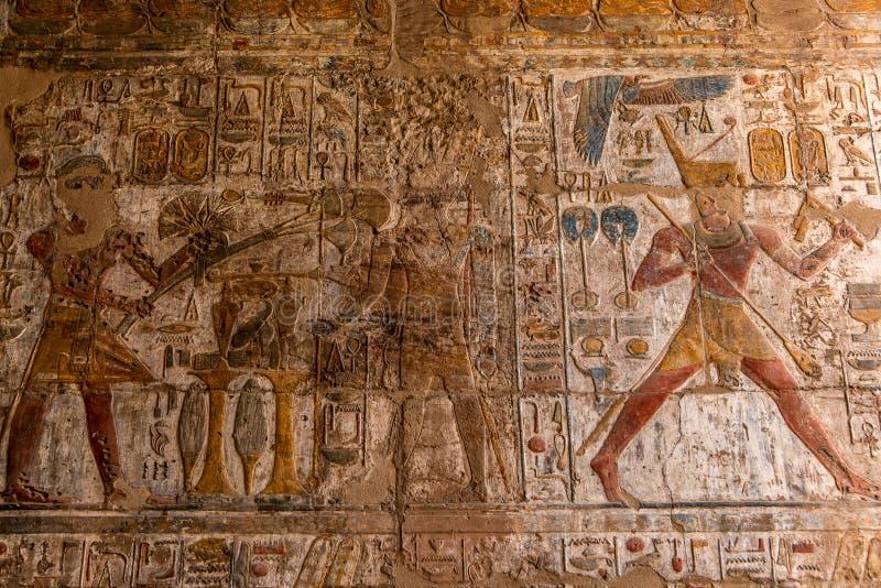 Jeroglíficos antiguos y grabados de alivio tallados en una pared de piedra en Luxor Temple del Amun-Ra imagen de archivo