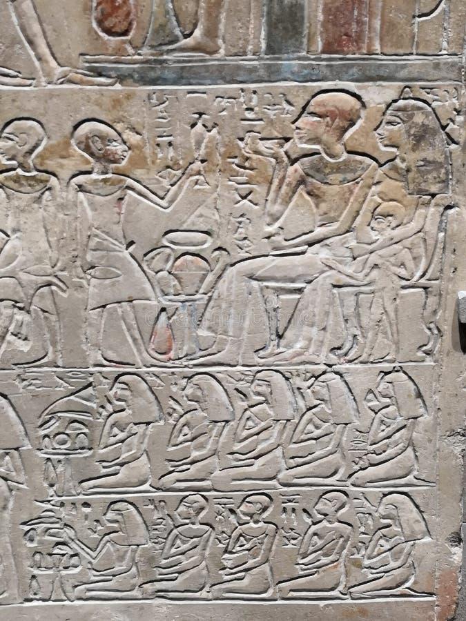 Jeroglíficos egipcios antiguos de la escritura que festejan la piedra tallada fotos de archivo libres de regalías