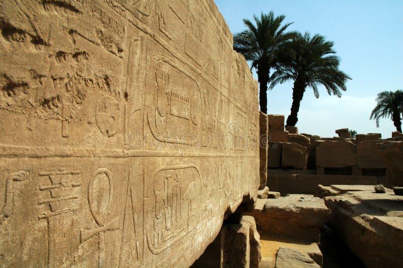 Jeroglíficos en el templo de Karnak imagenes de archivo