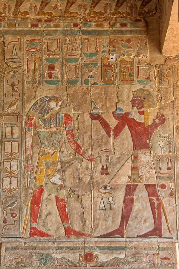 Jeroglíficos en el templo Luxor de Hatshepsut foto de archivo