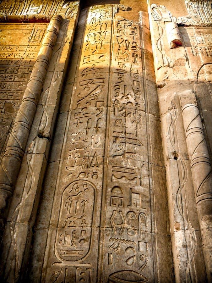 Jeroglíficos en la columna mural de Kom-Ombo (Egipto) imagen de archivo