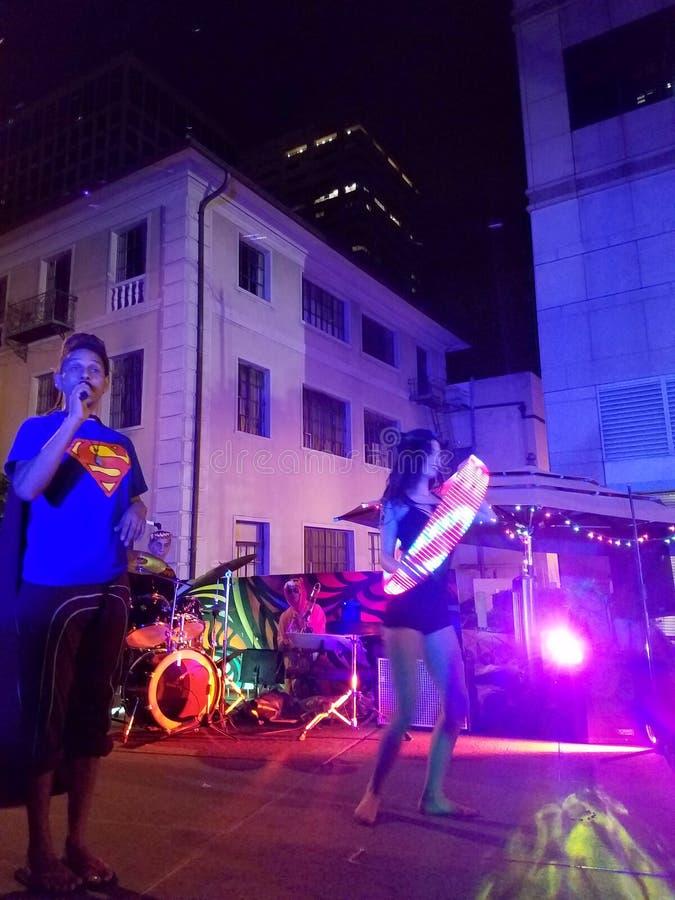 Jerome James en el mic con Activ8 electro Jazz Circus en hola imagen de archivo libre de regalías